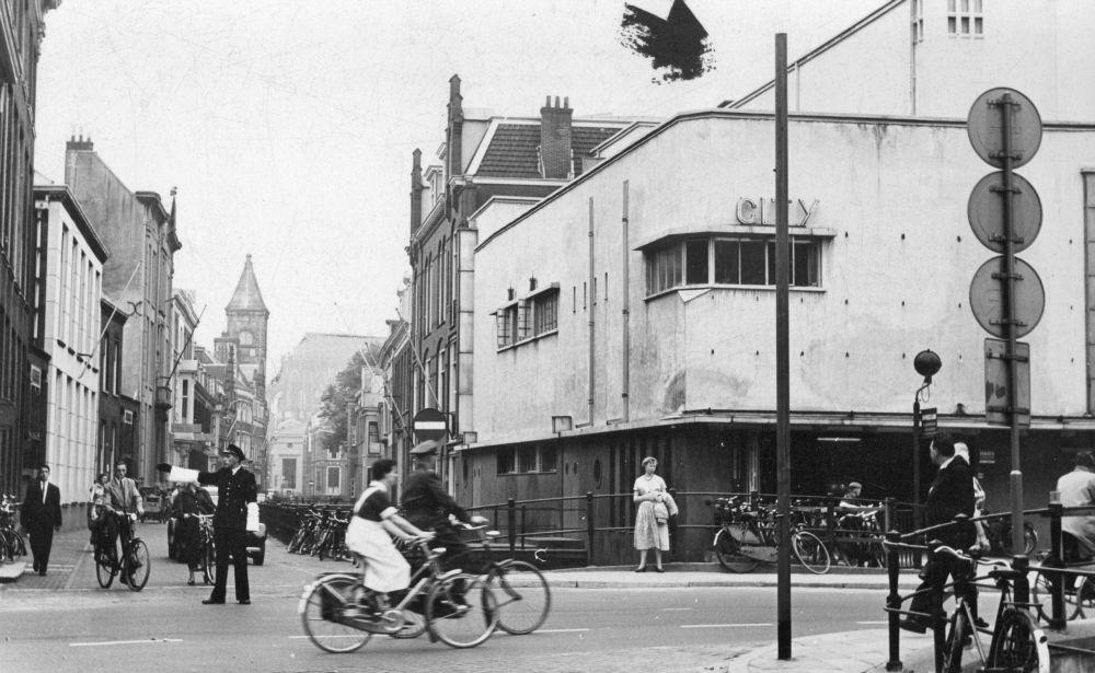 De Drift te Utrecht, vanaf de Voorstraat, met rechts de bioscoop City Theater (Voorstraat 89).