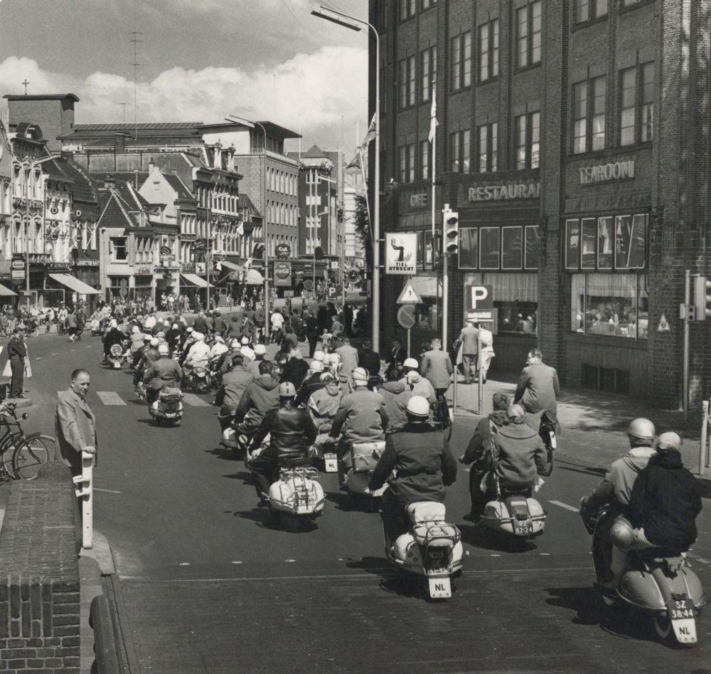 De aankomst van de deelnemers van de Internationale Scooter Rally bij het Vredenburg te Utrecht, ter gelegenheid van de viering van het eerste lustrum van de Vespa Club Holland.