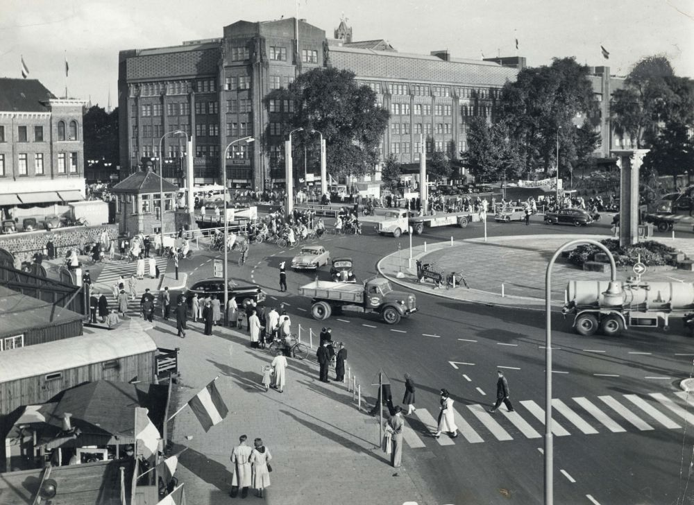De rotonde bij het Leidseveer / Smakkelaarsveld te Utrecht, met op de achtergrond de Catharijnebrug en het Jaarbeursgebouw aan het Vredenburg.