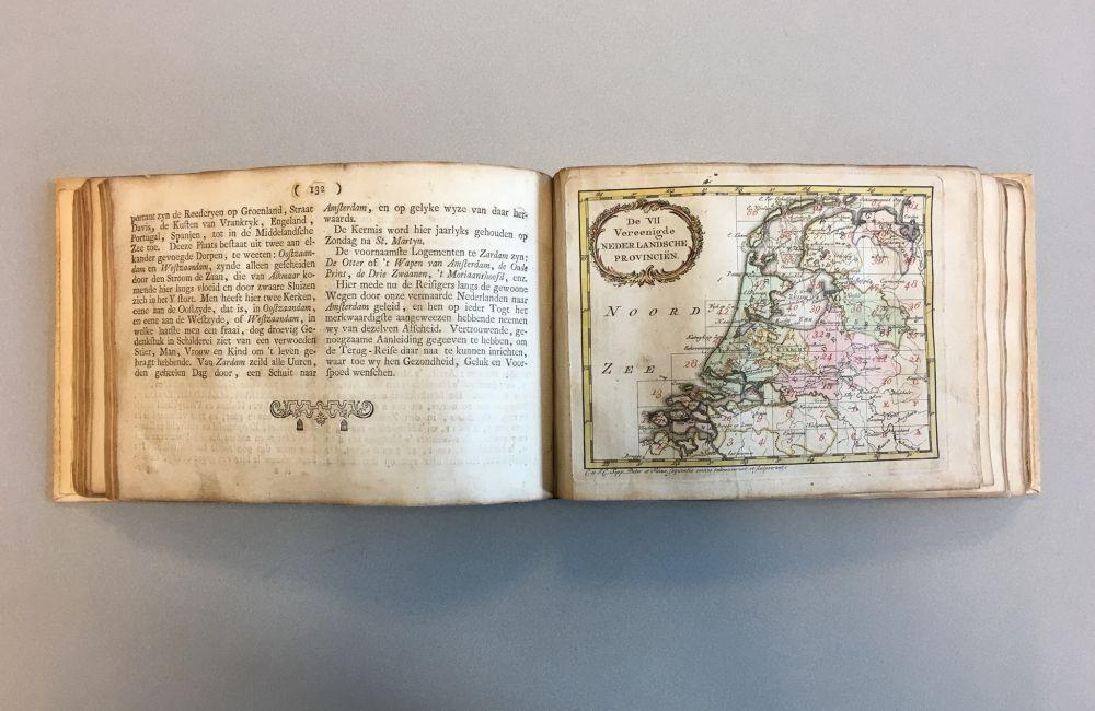 Een kaart met een stukje geografie in de 'Nieuwe geographische Nederlandsche Reise- en Zak-atlas' (1779), de kaart is vermoedelijk getekend door de vader van de uitgever: Christiaan Sepp. Hij stond in Amsterdam bekend om zijn nauwkeurige en gedetailleerde zee- en landkaarten.