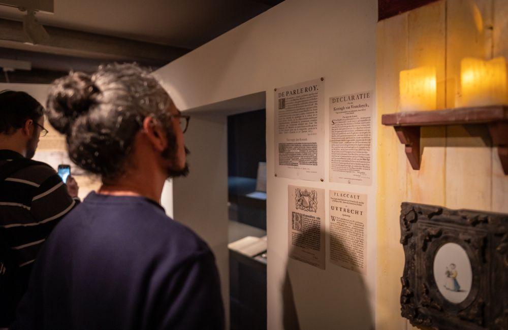 Een bezoeker leest over het Rampjaar 1672-1673